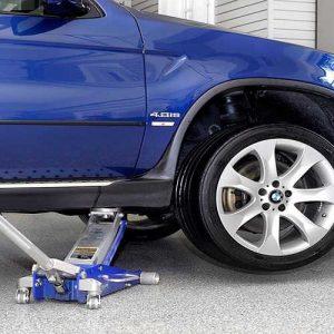 Colocación de un gato hidráulico profesional en un coche
